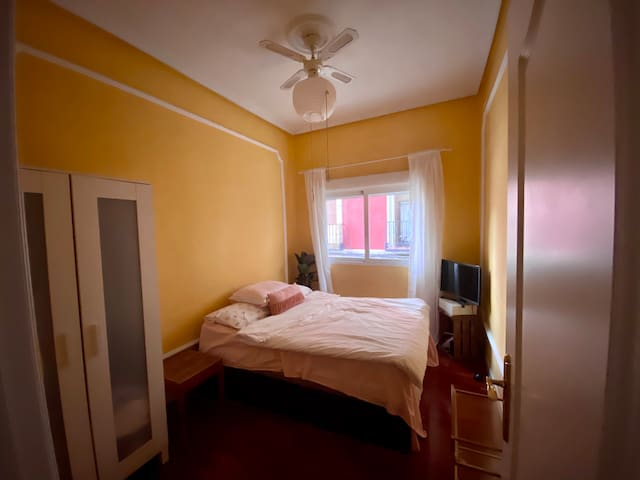 Private room in the heart of Madrid, La Latina