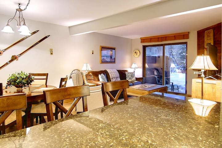 Private Unit Entrance, Steps 2 Hot Tubs/Pool, Free Winter Shuttle, Private Patio, Fireplace, Updated