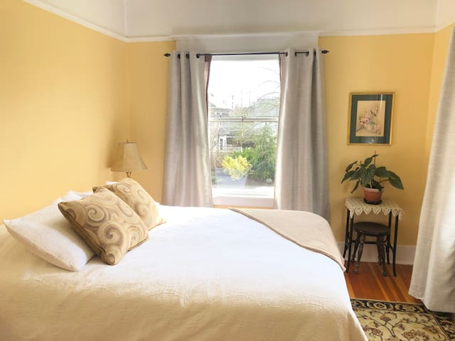 Delightful private room in historic Tacoma home!