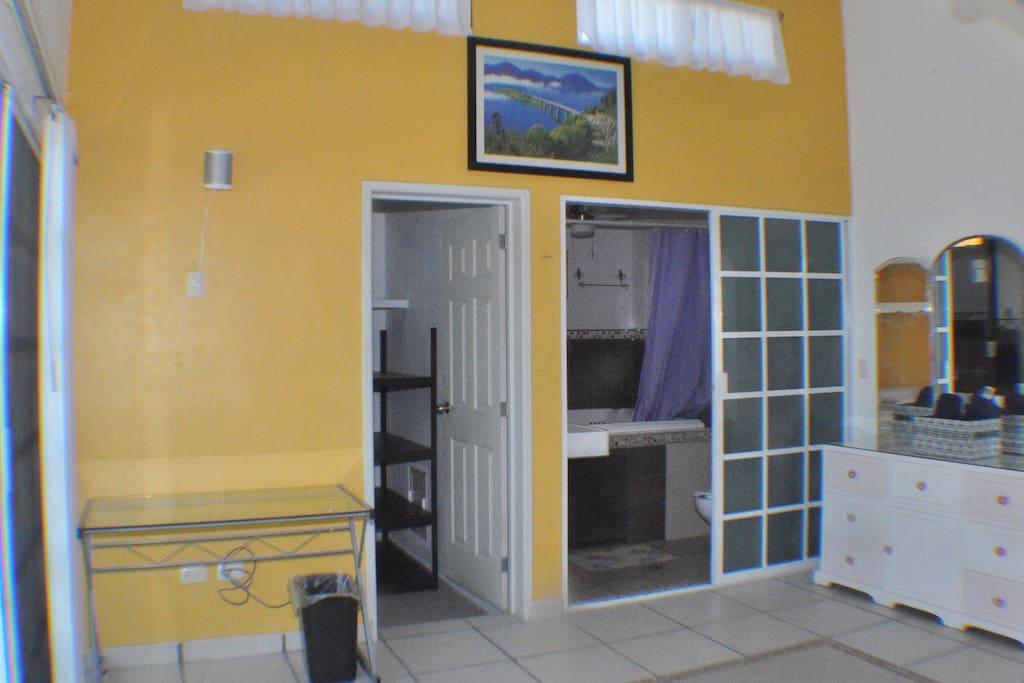 Great private Bathroom and closet included. Incluye Fabuloso baño y amplio closet