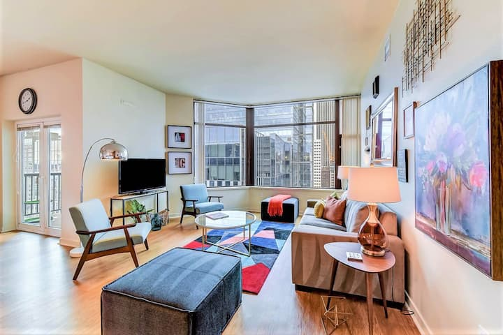 Luxury downtown high-rise w/ shared pool/ hot tub/ yoga - steps from the water!