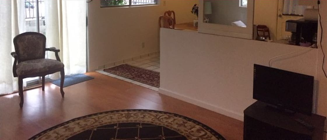 Large 2 bedroom. Quick hop on the 405. Near LAX - 英格爾伍德(Inglewood) - 公寓