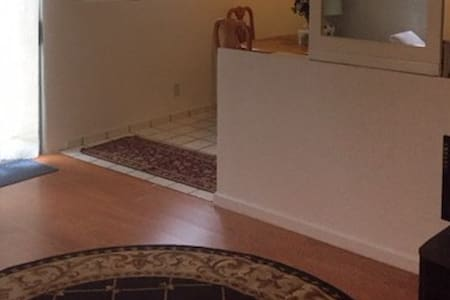 Large 2 bedroom. Quick hop on the 405. Near LAX - Inglewood - Departamento