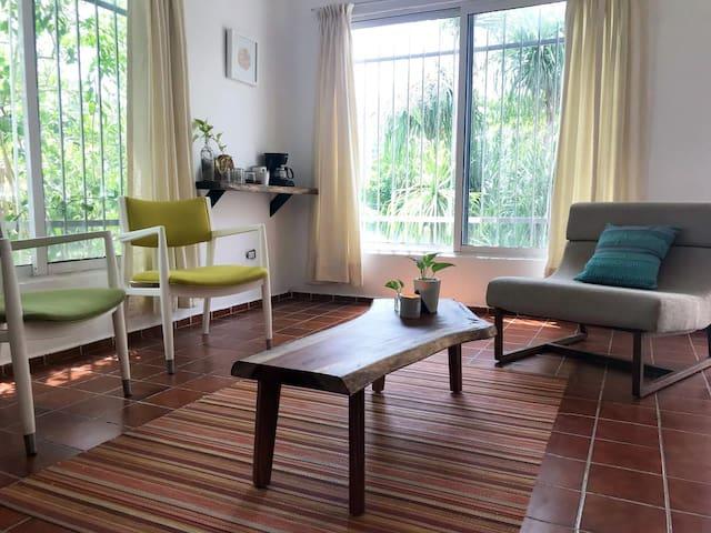 Sala de estar de habitación Luka, con pequeña estación para café