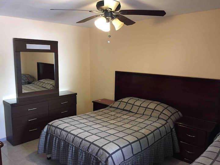 Habitación 17 súper limpia, baño propio y cochera.