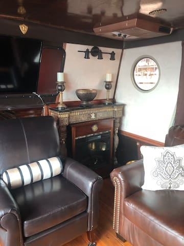 Fabulous 47' Houseboat w/ 2 Decks with a gulf view