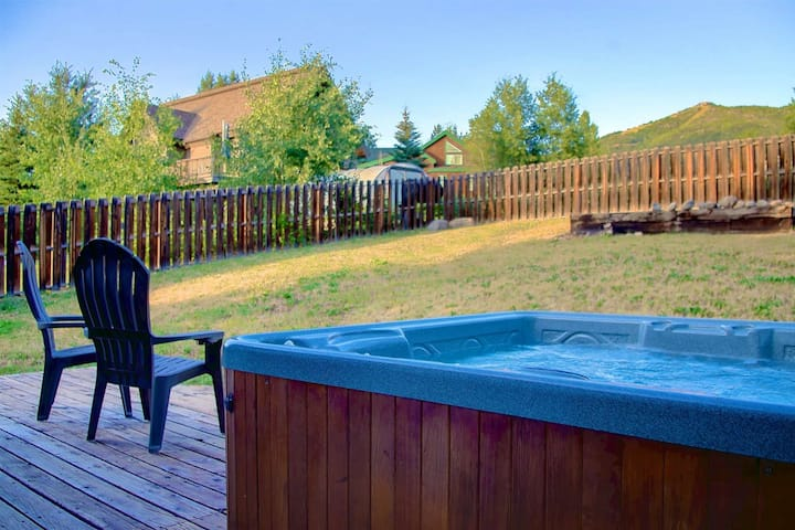Dog Friendly-Private Entrance/Hot Tub, AC, Steps to Bus Stop/Park, Slope Views, Garage, Fenced Yard