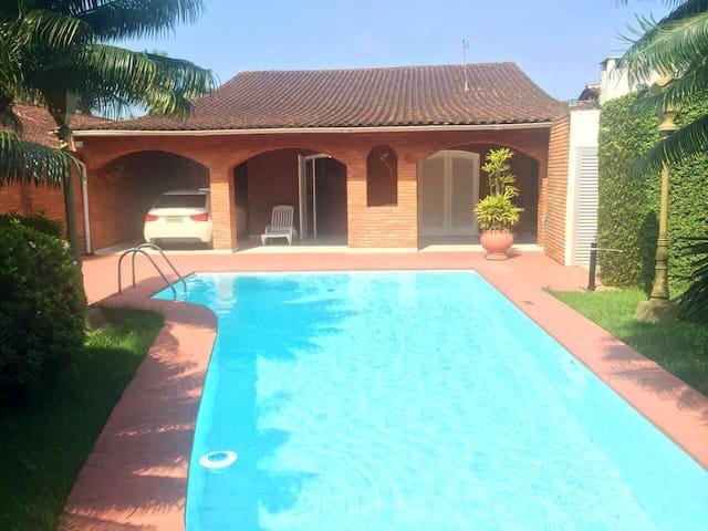 Esplendida casa com piscina a 400 metros da Praia.