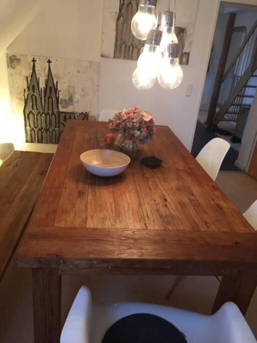 Esszimmer mit großem Tisch