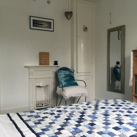 A Light Double Room with sea views - Sidmouth