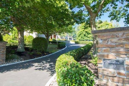 Woodlea Apartment = private sunny spacious retreat