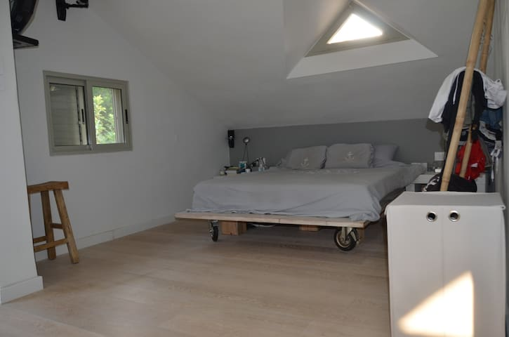 Beautiful vila bedroom next to Tel-Aviv!