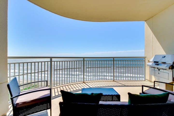 Luxury beachfront condo with amazing views & shared hot tubs, pools & more!