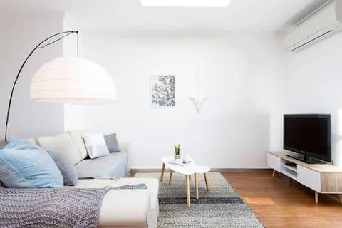 'THE AUSTIN ON CROWN' modern coastal home & views