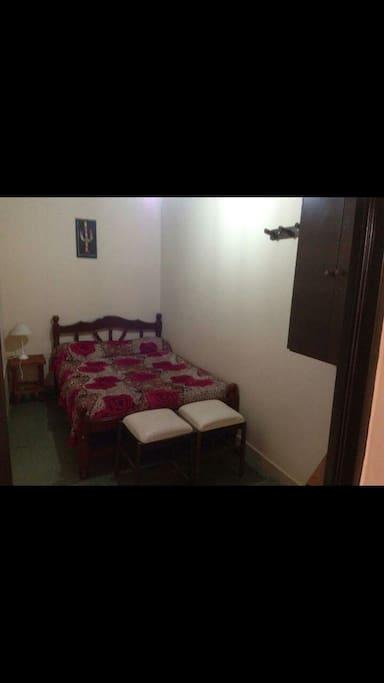 habitacion matrimonial chica ropa de cama y papel higienico