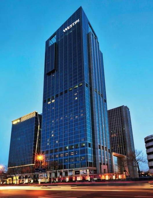 坐落在城市的最中心。1-21层是酒店,22-38层是公寓