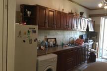 Τεράστια κουζίνα/καθιστικό πολύ φωτεινή βλέπει τον ακάλυπτο, με μικρό μπαλκόνι. Πολλά ντουλάπια κ μεγάλος πάγκος. Κουζινάκι κ πετρογκαΖ κ 1 μονό κρεβάτι / π χρησιμοποιείται κ σαν καναπές.