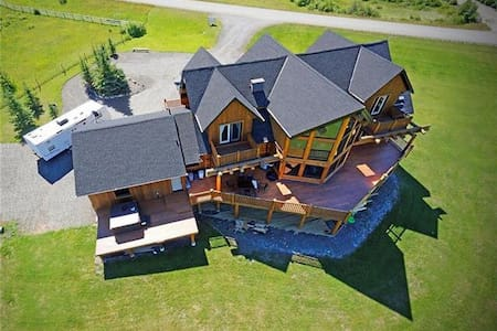 Canadian Log Home with 5 Bedrooms - Bragg Creek