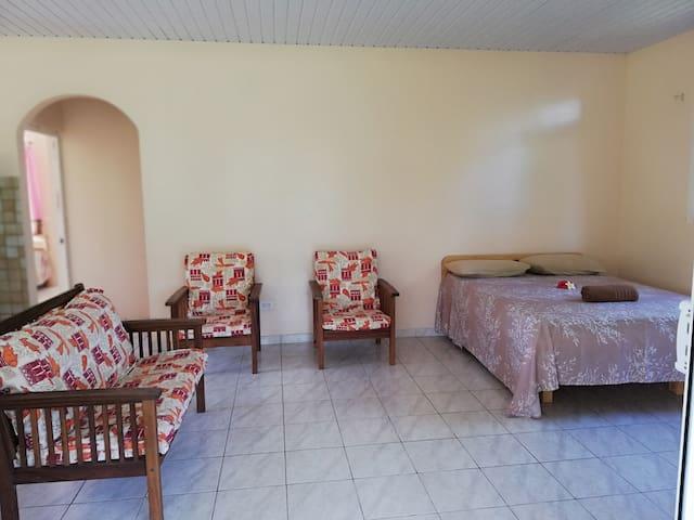 Un salon pour se relaxer avec un lit pour 2 personnes.