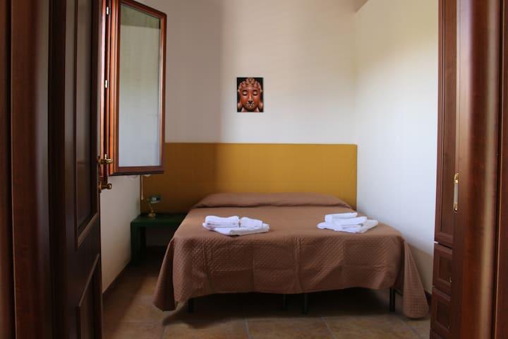 Camera da letto doppia/matrimoniale, armadio, comodino e ampia finestra sul giardino privato