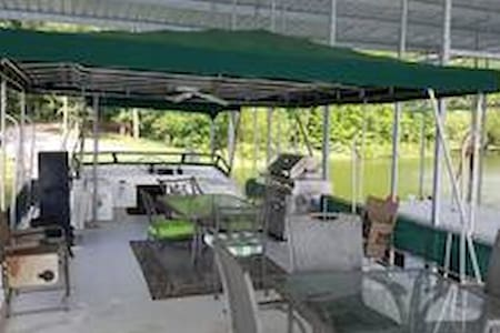 Houseboat on beautiful Lake Greeson. - Kirby