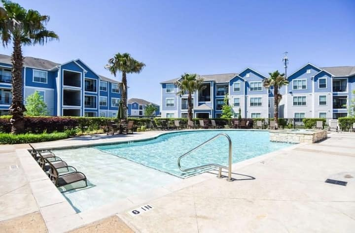 Contemporary 1 BR Apartment w/2 Beds + Pool & Gym