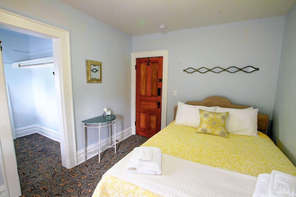Queen Room With Walk-In Closet