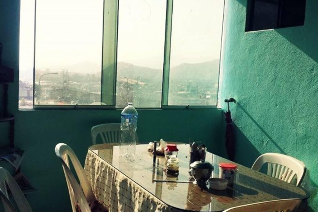 Sala comedor ubicada en el piso 4, con vista a la rivera Rimac (desde donde se ven unos sunset alucinantes!)