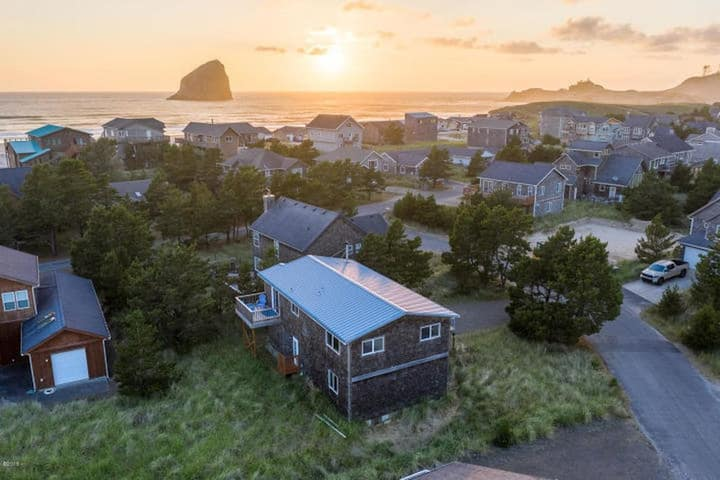 Modern 4 Bedroom Home in Pacific City with Game Room, Dogs Allowed, Kiwanda Shores Neighborhood