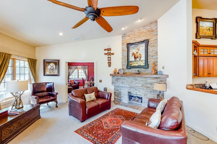 Spacious & inviting home near town w/ jetted tub, gas fireplace & free WiFi!