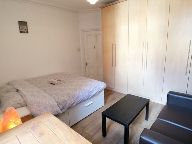 Central Modern Flat near Oxford Street ★★★★★ A3