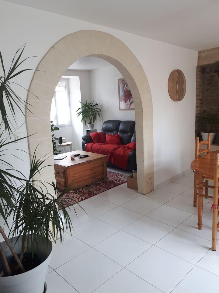 Chambre spacieuse dans petite maison en pierres