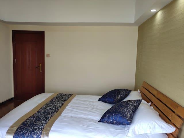 主卧标准的大床,靠窗可望江景