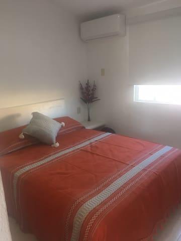 1 cama queen para 2 personas, equipado con sábanas y almohadas nuevas y limpias