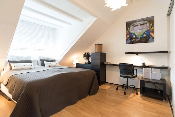 bedroom with sink and breakfast near A'dam!