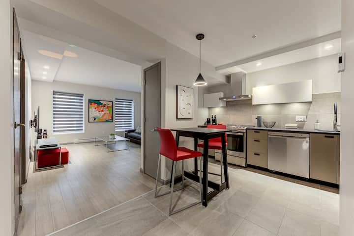 SPACIOUS APT. CLOSE TO OLD QC WITH KING BED (B06)