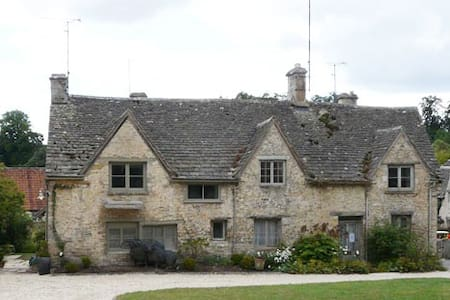 Bibury Grade II listed cottage on The Square - Bibury - House
