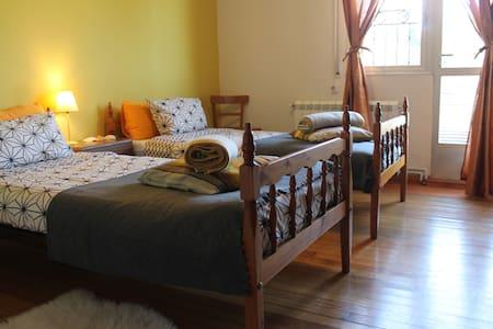 Balcony room on Camino casa familia - Mellid - Casa