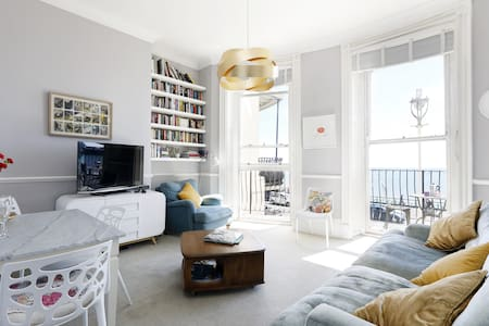 Seafront flat - panoramic views, parking, balcony