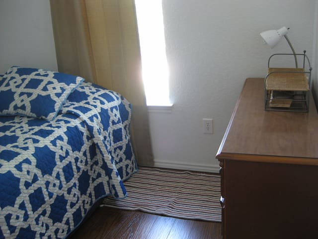 Peaceful room in eco home - Denton - Casa