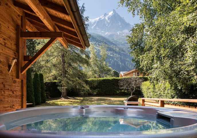 The outdoor hot-tub at Chalet les Favrands with view towards Mont Blanc