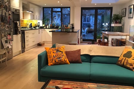 Great transport links to West End and City - London - House