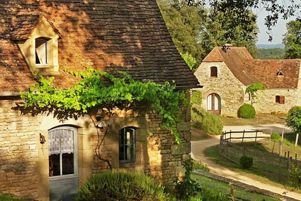 En se promenant au Hameau. Deux autres gîtes en vieille pierre du Périgord.