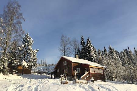 Gammel tømmehytte med utsikt - Sjusjøen - Cottage