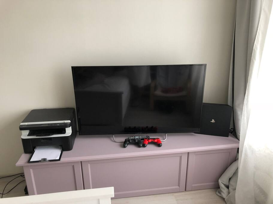 "PS4 PRO and TV 50"" LCD"