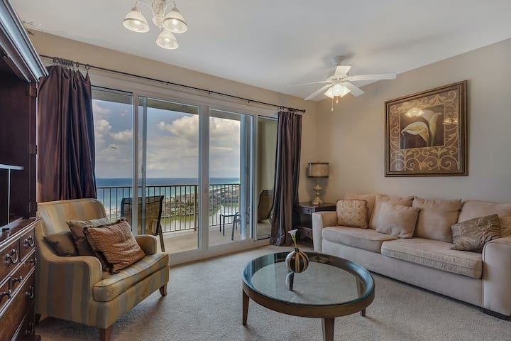 Well-equipped 22nd-floor condo w/furnished balcony, beach views, shared pool