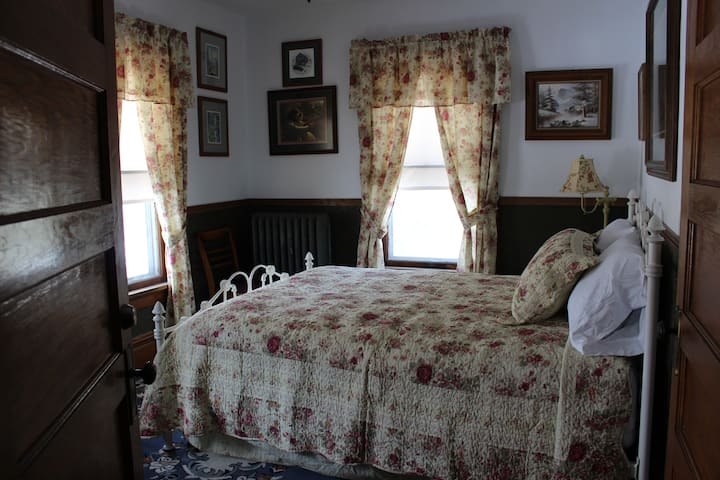 Victorian Manor Bed and Breakfast, LLC - Bed #1