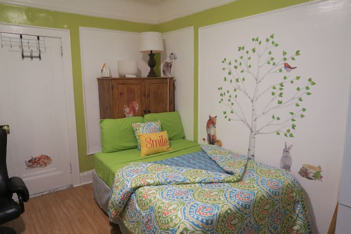 Bright, Cheerful Bedroom For Two Visiting NYC! - Бронкс - Дом