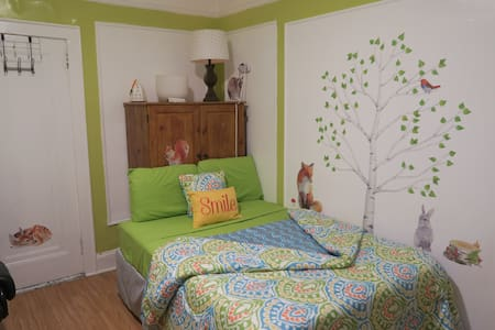 Bright, Cheerful Bedroom For Two Visiting NYC! - Bronx