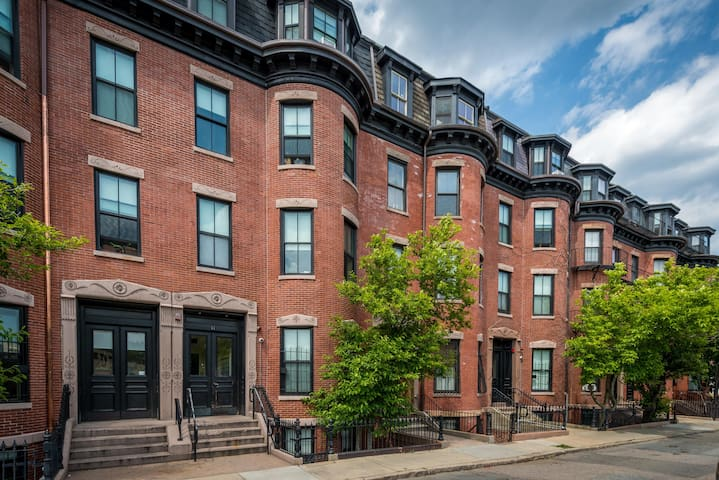 Gorgeous 2 Bedroom Apartment in Boston Bay Village